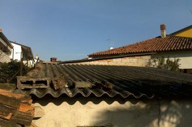 Struttura con tetto in amainto da rimuovere