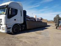 Operazione di carico materiale pericoloso per trasporto rifiuti speciali